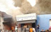 Inc�ndio destruiu casa e dois estabelecimentos comerciais em Quirin�polis.