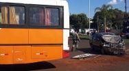 Acidente entre carro e ônibus deixou homem ferido.
