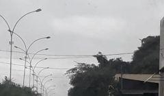 Motorista perde o controle da direção e veículo capota na Avenida Brasil.