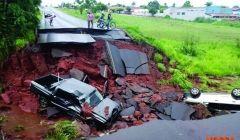 Asfalto rompe e carros caem em cratera