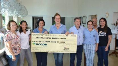 Prefeitura Entregou Mais Um Cheque Para CAEE Dr. Alfredo Mariz da Costa