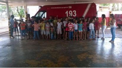 Bombeiros receberam alunos para comemorar o dia da crian�a
